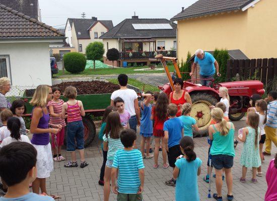 Der Traktor bringt uns Rindenmulch