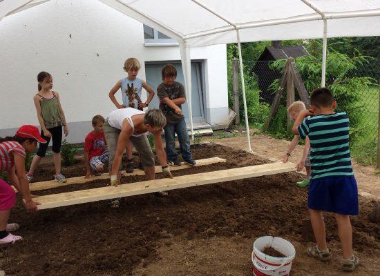 Wir bepflanzen unser Kräuterbeet